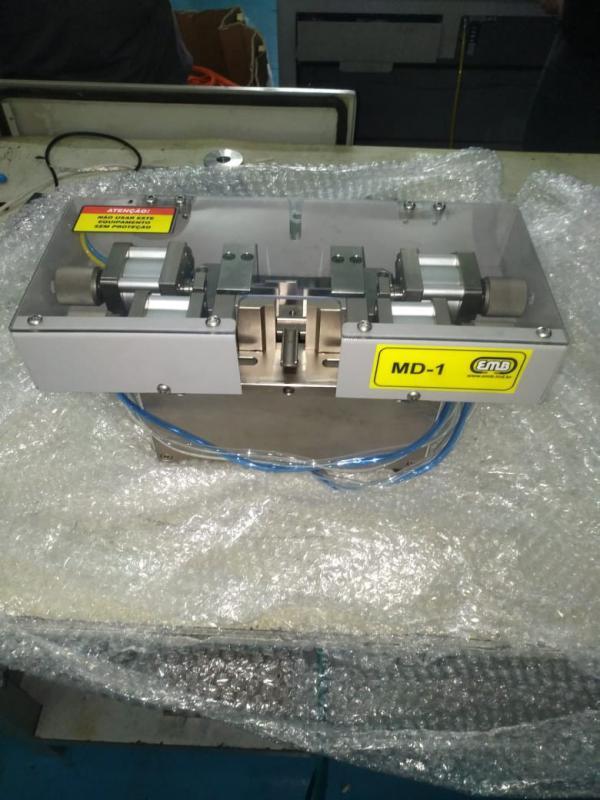 Máquina de corte e decapagem de fios